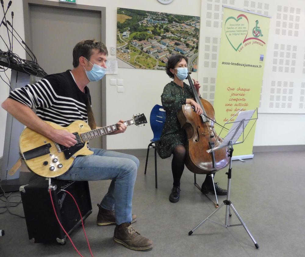 Louis Pensec à la guitare électrique et Rachel Denis au violoncelle