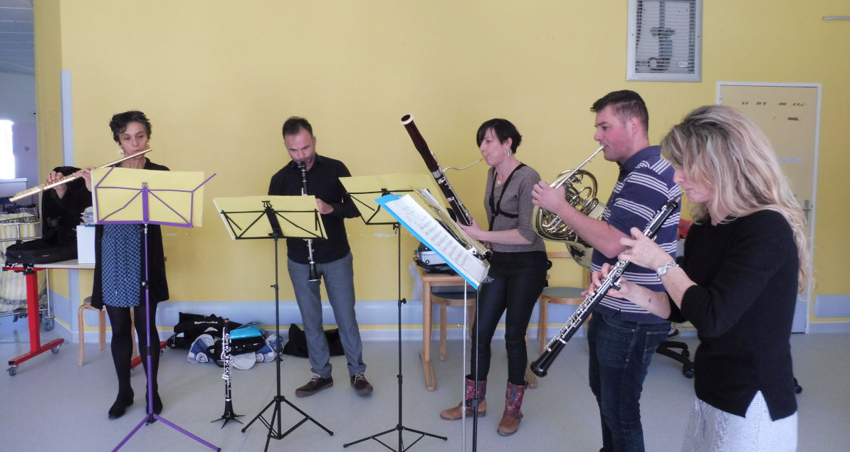 Un quintette du groupe Ad Liberri jouant de divers instruments de musique dans un pavillon de l'hôpital marin