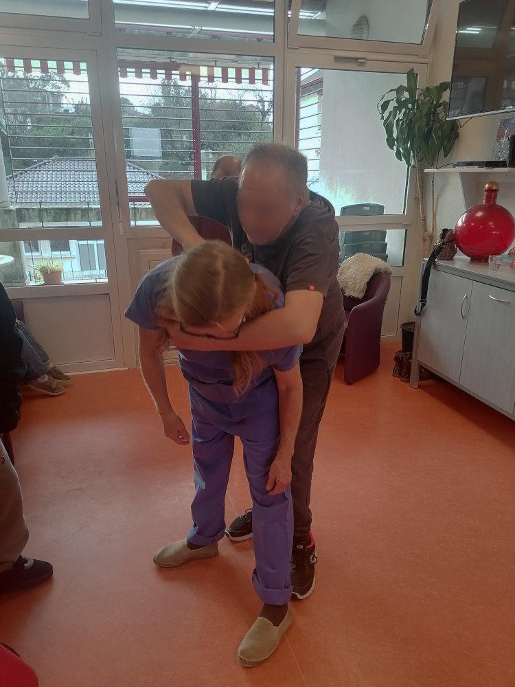 un patient handicapé touche un soignant dans le cadre de l'atelier danse inclusive à l'hôpital marin de hendaye