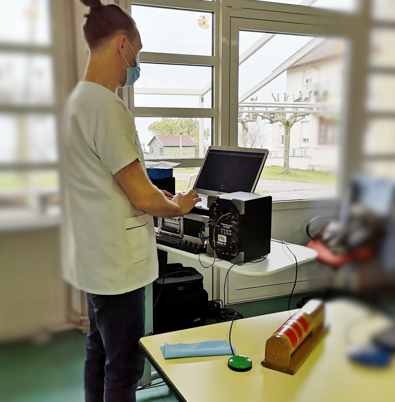vincent houdin notre animateur prépare sa séance d'orgue sensoriel avec son ordinateur et ses différents contacteurs