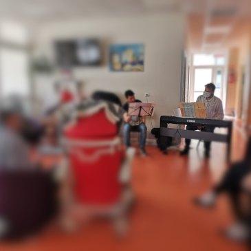 au centre le piano électronique vagabond avec Vincent Planes accompagné par Arnaut Guicherd, au sein d'un pavillon avec plus de 5 patients floutés