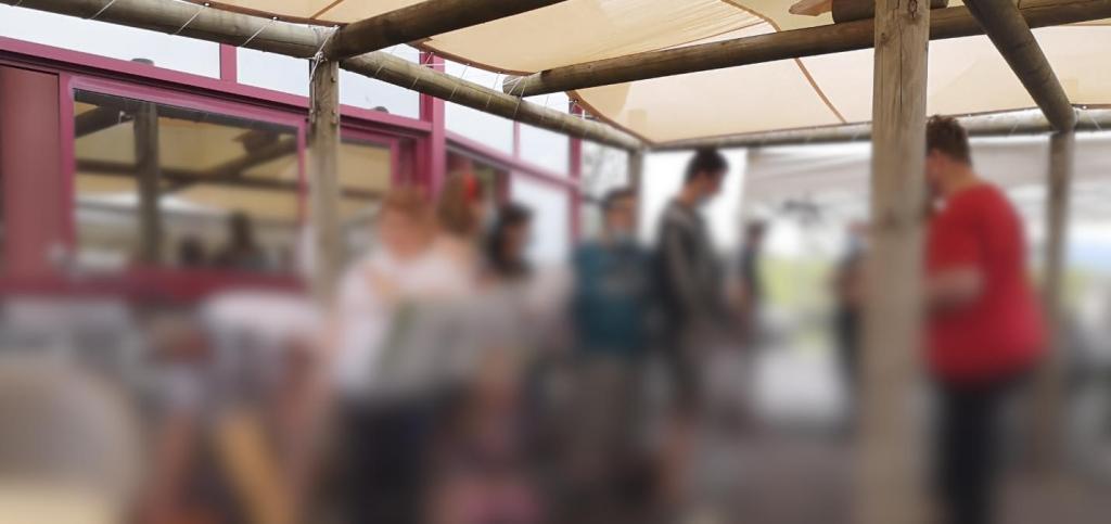 Des patients se mettent en place pour l'atelier Voix / Chant